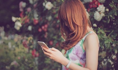 返信を待つ女性イメージ画像